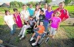 Los miembros de la asociación Gure Señeak junto a varios de los chavales con enfermedades extrañas que viven en Derio.